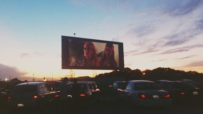 Los Auto-cines mantienen la distancia física.
